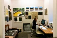 Galleristin im Büro