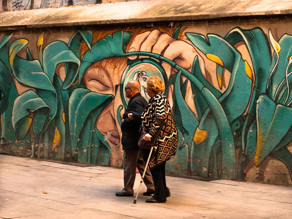 Barcelona - Spaziergänger vor einem Gragfiti