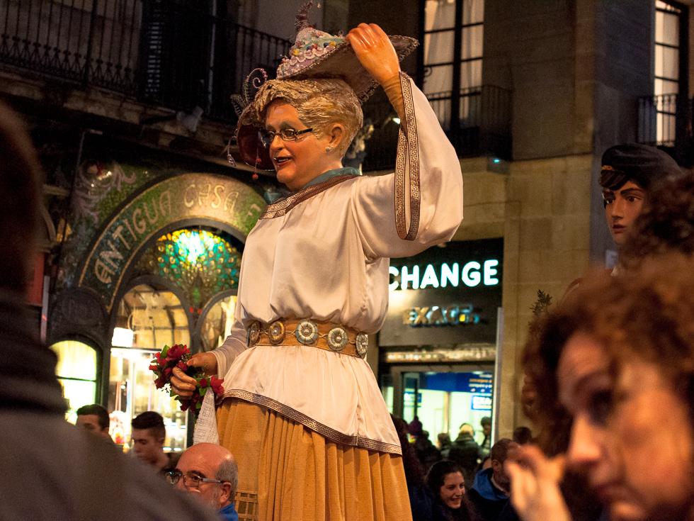 Barcelona - Straßenumzug übergroße Puppe